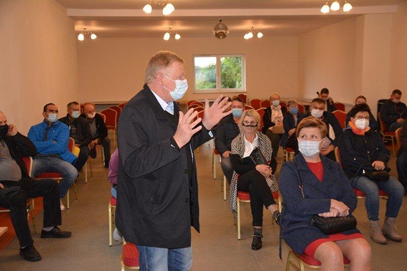 Poseł PiS Grzegorz Wojciechowski dopytywał przedstawicieli inwestora o odszkodowania dla sadowników. Bronił mieszkańców.