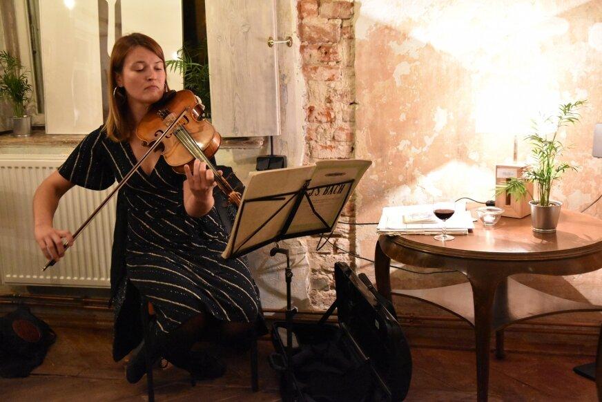 – Zdarzało mi się grać koncerty towarzyszące wernisażom wystaw w podobnych jak ten lokalach. Jest niezwykle klimatycznie -- mówi Ewa Kozioł.
