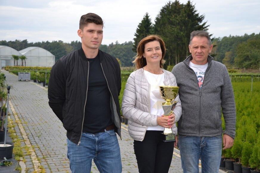 Monika i Piotr Wójcikowie z synem Norbertem i pierwszą nagrodą w mazowieckiej AgroLidze, teraz przed nimi finał krajowy, przypomina pan Piotr.