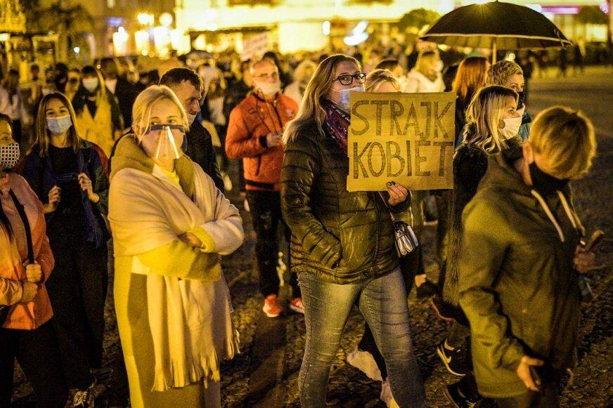 Strajk kobiet w Skierniewicach. Tłum skandował: ***** ***! [ZDJĘCIA, FILM]
