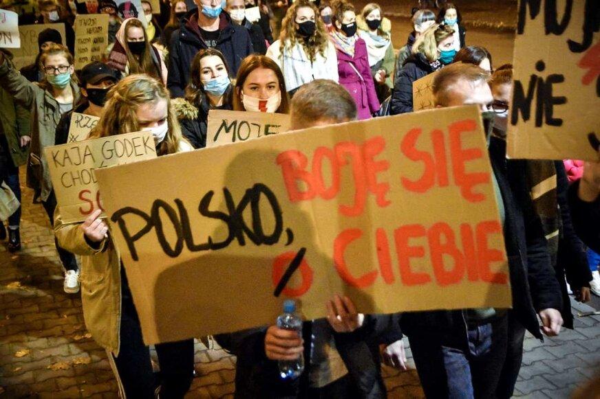 Kilkutysięczny tłum w Skierniewicach. Kobiety znów wyszły na ulicę [ZDJĘCIA, FILM]