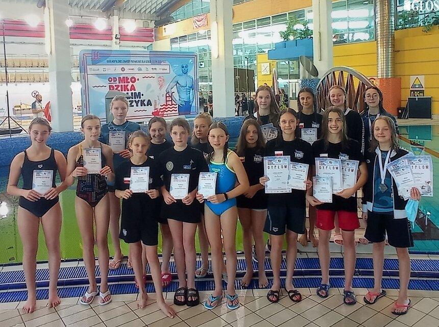 Pływacy UKS Nawa Skierniewice z powodzeniem rywalizowali w zawodach Od Młodzika do Olimpijczyka.