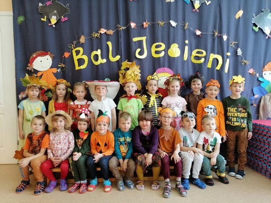 Pięknie wystylizowane przedszkolaki pamiętały o grupowych zdjęciach. Będą piękną pamiątką (fot. Przedszkole nr 13).