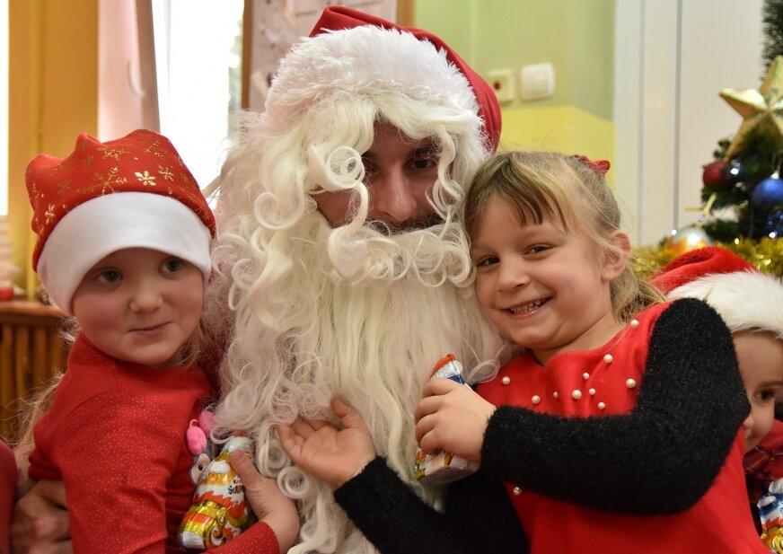 Maluchy z radością witały mikołaja, czekały przecież na niego cały rok!