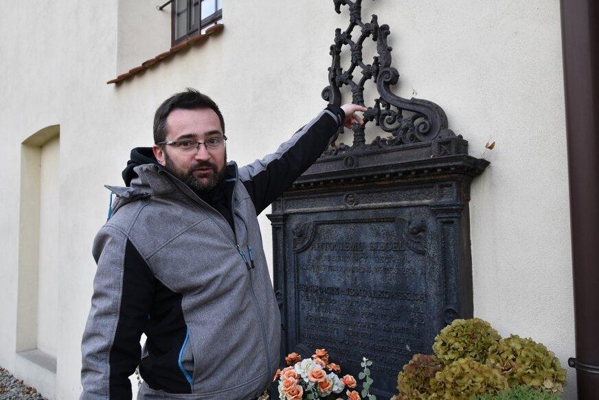 Do ciekawych eksponatów należą mosiężne uchwyty do trumien. – Tą samą formę można odnaleźć w metalowym krzyżu, znajdującym się na jednej ze ścian kościoła św. Stanisława – pokazuje Radosław Stefanek.
