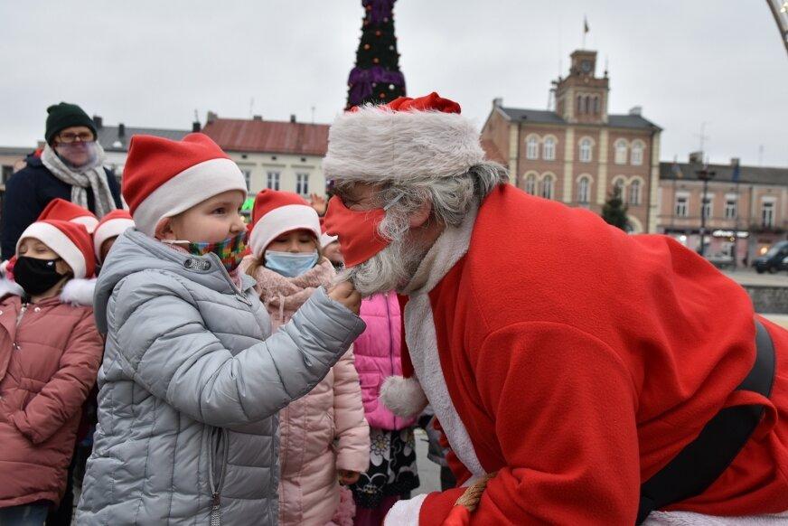 – Naprawdę nie zlatuje, więc ten jest prawdziwy – cieszyły się przedszkolaki pociągając Świętego Mikołaja za brodę.