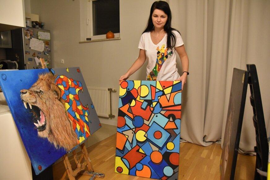 Dominika Radomska lubi duże formaty, a tematyka jej obrazów to najczęściej zwierzęta, abstrakcje, bajki, geometryczne formy.