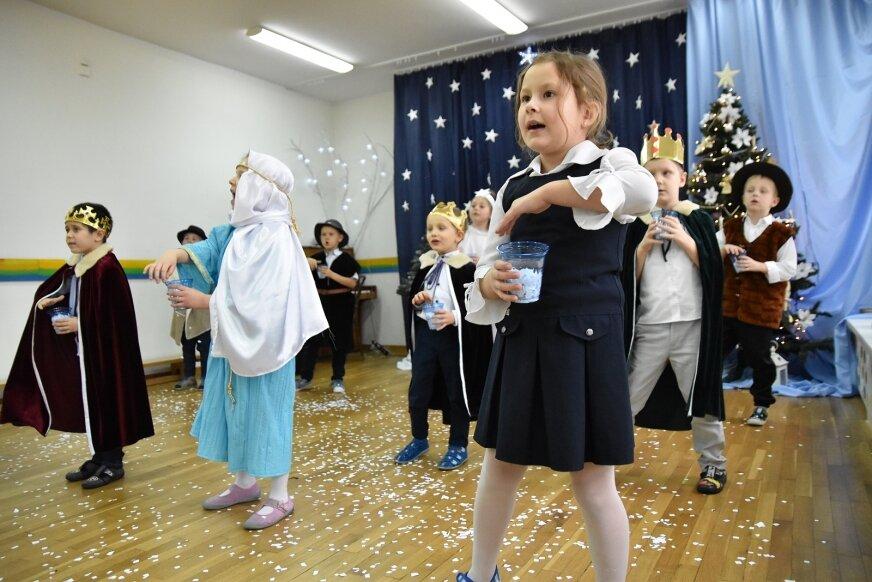 Sześciolatki z Przedszkola nr 1 w Skierniewicach jako pierwsi w mieście wystawili świąteczne przedstawienie.