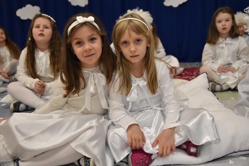 """Sześciolatki z Zielonego Zakątka """"zaprosiły"""" (18.12) do przedszkola święta."""