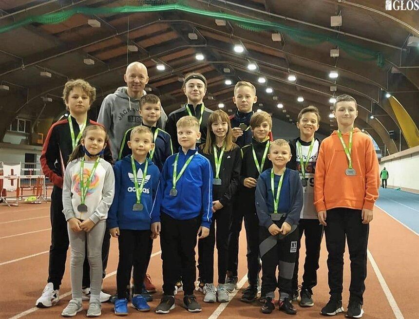 Skierniewiccy sportowcy z Akademii Młodych Sportowców DIEGO podczas zawodów w Łodzi z opiekunem Krzysztofem Garbiczem.