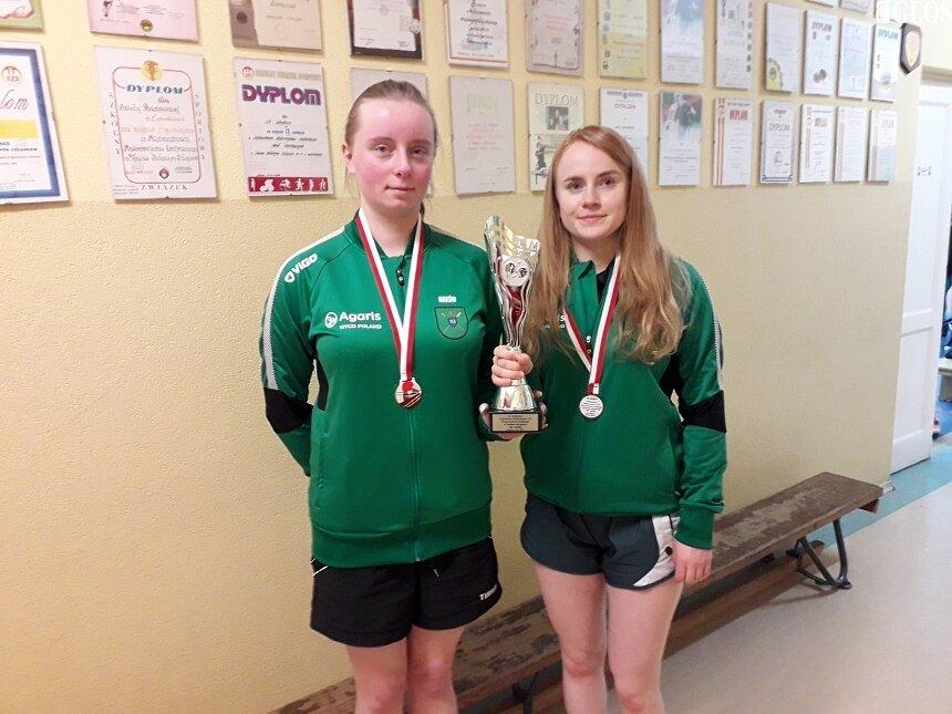 Panie z UKS Agaris Maków Anna Caban i Diana Wrzosek zostały wicemistrzyniami województwa łódzkiego Ludowych Zespołów Sportowych.