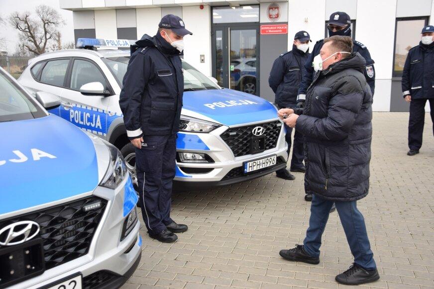 Przekazanie auta dla Komisariatu Policji w Mszczonowie, udział w uroczystości wziął burmistrz Mszczonowa Józef Grzegorz Kurek.
