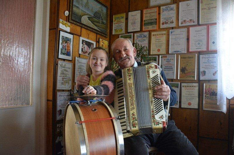 Józef Kowalczyk z Sadkowic z wnuczką Oliwią, muzykant przed laty znany z wesel, a teraz folklorystycznych scen