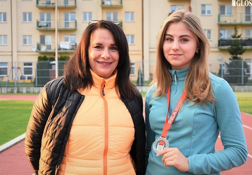 Anna Kłosińska wicemistrzyni Polski w soku w dal juniorek oraz trenerki Jolanta Barska i Dorota Markowska zostały wyróżnione za sukces w 2020 roku. Na zdjęciu Ania z trenerką Dorotą.