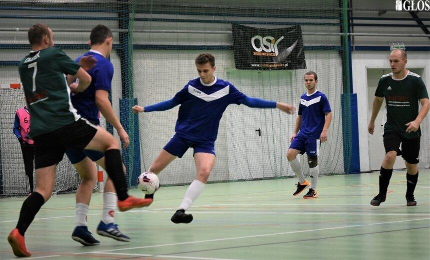 W związku z wejściem w życie rozporządzeniem wprowadzającym kolejne obostrzenia rozgrywki w lidze futsalu zostały wstrzymane. Organizatorzy liczą na to, że będą mogli wznowić sezon w weekend 23-24 stycznia.