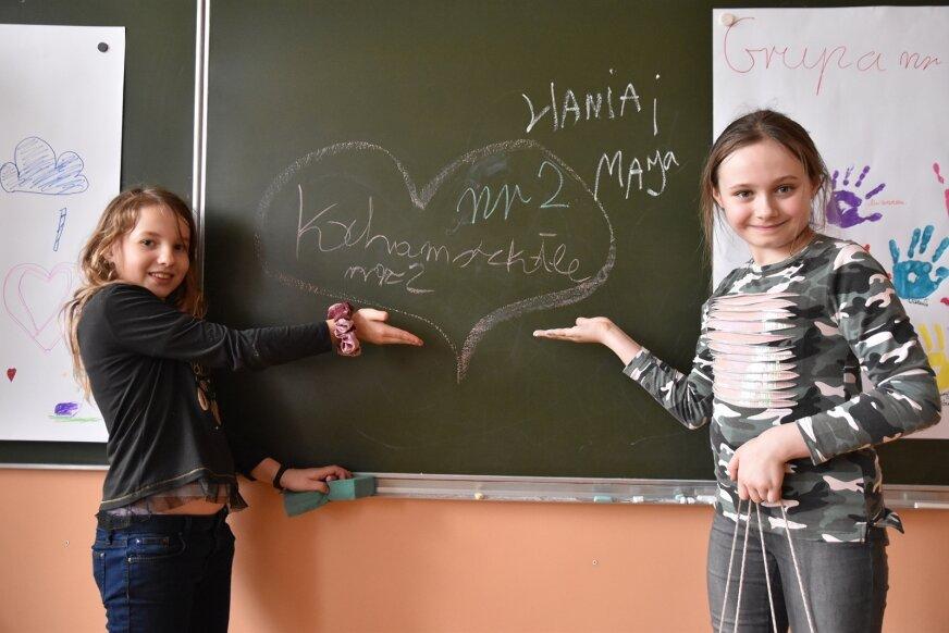 """Dzieci z zimowiska w Szkole Podstawowej nr 2 przywitały nas hasłem """"Kocham szkołę"""". – Stęskniłyśmy się za nią już bardzo – tłumaczą dziewczynki."""