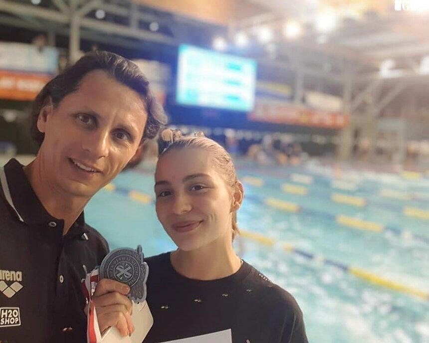 Skierniewickie pływanie jak co roku dostarczyło kibicom sportu w mieście powodów do radości. Alicja Ulicka zdobyła trzy medale Zimowych Mistrzostw Polski Seniorów i Młodzieżowców. Na zdjęciu pływaczka i Marcin Sarna, trener.
