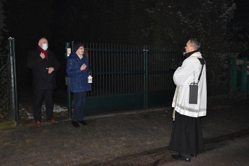 Niektórzy zapalali świece, wyglądali z okien, inni wychodzili przed furtkę na spotkanie z kapłanem.