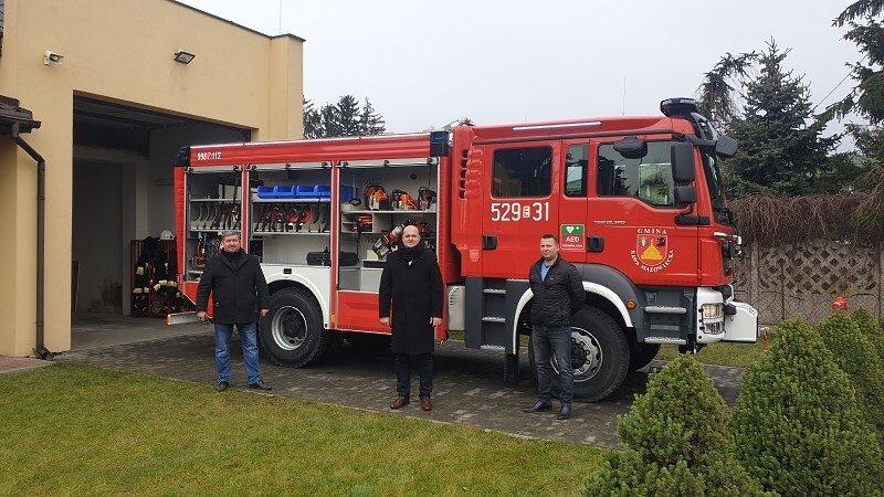 Wójt Michał Michalik podkreśla, że strażacy mogą na niego liczyć, (z prawej) strażak- kierowca Tomasz Topolski, (z lewej) Daniel Grzywka.