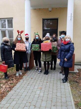 Przedstawiciele liceum z Puszczy Mariańskiej z wizytą w Zakładzie Pielęgnacyjno- Opiekuńczym w Wycześniaku.