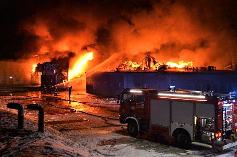 Ogromny pożar przetwórni owoców w Białej Rawskiej (ZDJĘCIA,FILM)