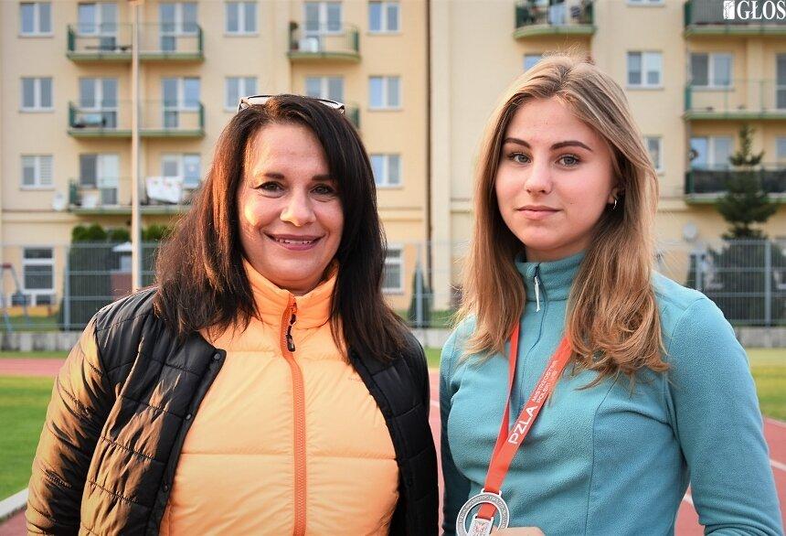 Współpraca Ani Kłosińskiej z trenerkami Jolantą Barską i Dorotą Markowską zaowocowała dużym postępem i rozwojem kariery młodej lekkoatletki. Na zdjęciu Ania z trenerką Dorotą.