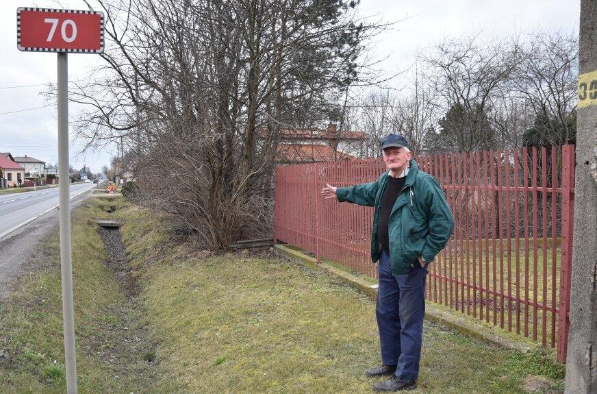 Zenon Laska od wielu lat próbuje wywalczyć poprawę ścieżki pieszo-rowerowej w Mokrej Prawej.