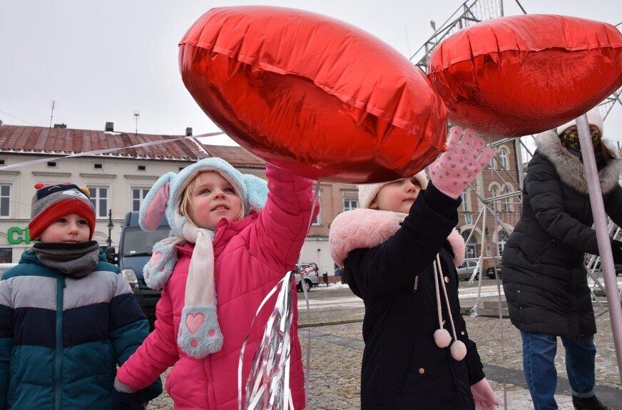 W poniedziałek (15.02) po czerwonym dywanie spacerowały przedszkolaki z Zielonego Zakątka.