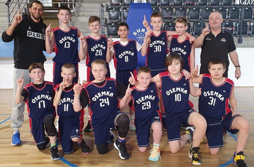 Zespół młodzików MKS Ósemka jest blisko tytułu mistrzów łódzkiego w kategorii młodzików U13. Za zdjęciu po wygranej w Łodzi z trenerami Cezarym Włuczyńskim i Adrianem El-Wardem.