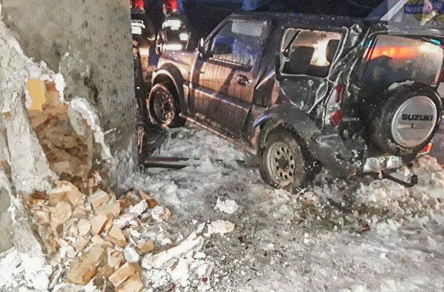 Auto uderzyło w dom. Nie było poszkodowanych