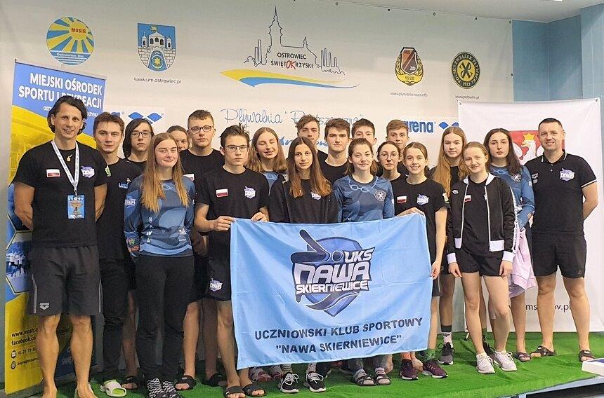 Pływacy UKS Nawa Skierniewice start w Ostrowcu Świętokrzyskim podczas Grand Prix Pucharu Polski zakończyli z rekordami życiowymi i miejscami na podium. Na zdjęciu z trenerami Marcinem Sarną i Arturem Zakrzewskim.
