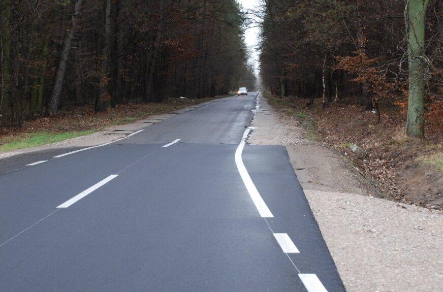 Przebudowany w ubiegłym roku fragment drogi łączącej gminę Lipce Reymontowskie z gminą Maków jest bolesnym, naocznym dowodem, jak bardzo źle jest z drogami w gminie Maków.