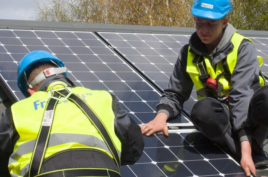 Ogniwa fotowoltaiczne są urządzeniami do przetwarzania promieniowania słonecznego w energię elektryczną, którą można następnie wykorzystać. Instalacja fotowoltaiczna składa się z czterech głównych elementów: ogniwa fotowoltaiczne, inwertery, konstrukcja wsporcza, układ rozliczeniowy. Instalacje fotowoltaiczne montuje się na: gruncie, dachu lub elewacji budynku mieszkalnego, na budynku gospodarczym.