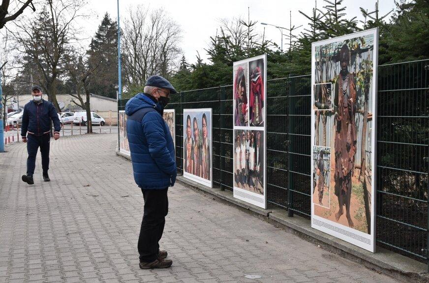 Na 35 planszach, jakie zawisły na ogrodzeniu Instytutu Ogrodnictwa przy ul. Konstytucji 3 Maja, podziwiać można portrety kobiet z różnych kontynentów.