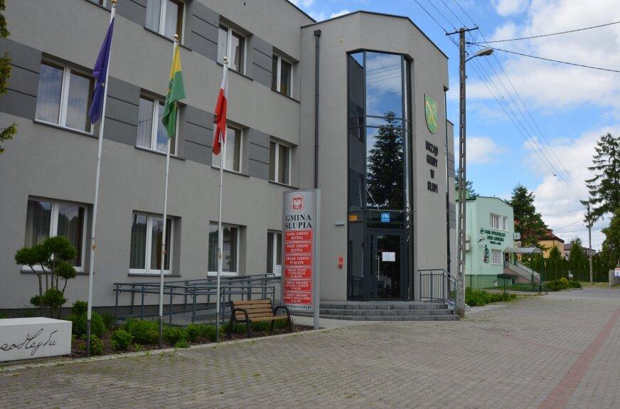 Panele fotowoltaiczne znajdują się miedzy innymi na budynku urzędu gminy.