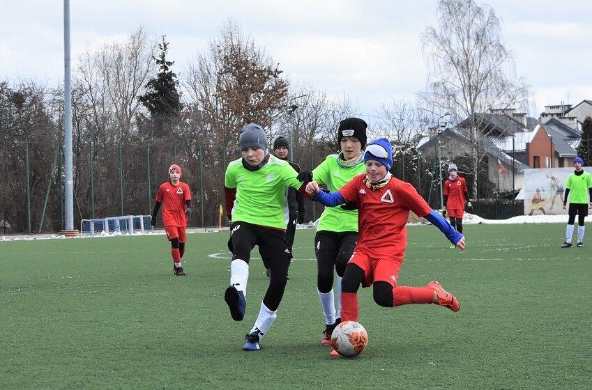 Zespół Daniela Tryngiela i Tomasza Kaczyńskiego pokonał na inaugurację piłkarskiej wiosny w II lidze wojewódzkiej trampkarzy TMRF Widzew 5:0.