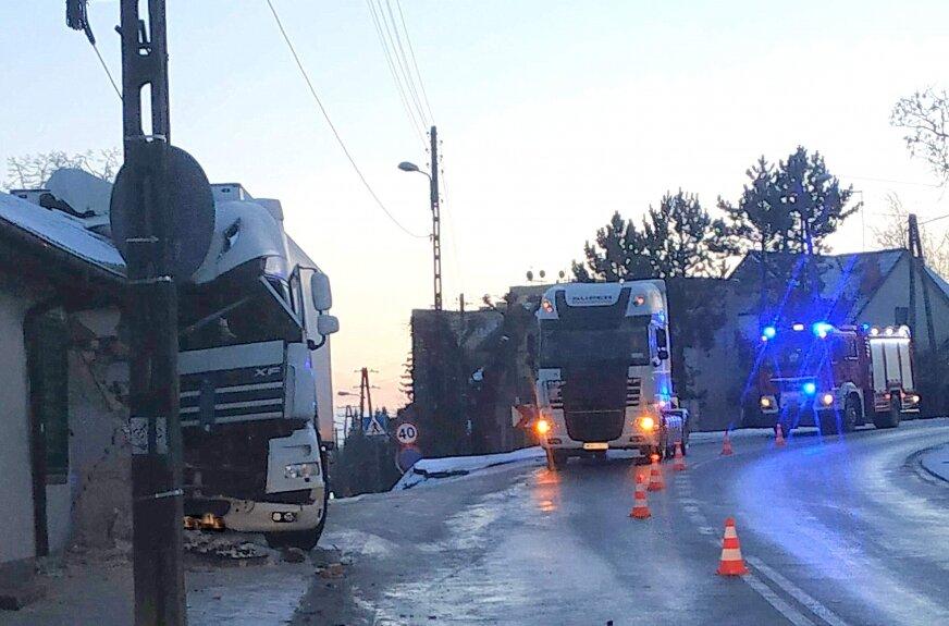 Dziś (22.03) ok. godz 2 w nocy na ul. Mickiewicza w Białej Rawskiej ( na drodze wojewódzkiej W725), kierujący tirem na zakręcie wypadł z drogi i wjechał w budynek mieszkalny.
