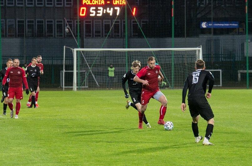 Unia Skierniewice zapewniła sobie grę w grupie mistrzowskiej i pozostanie w III lidze wyjazdową wygraną z Polonią Warszawa.