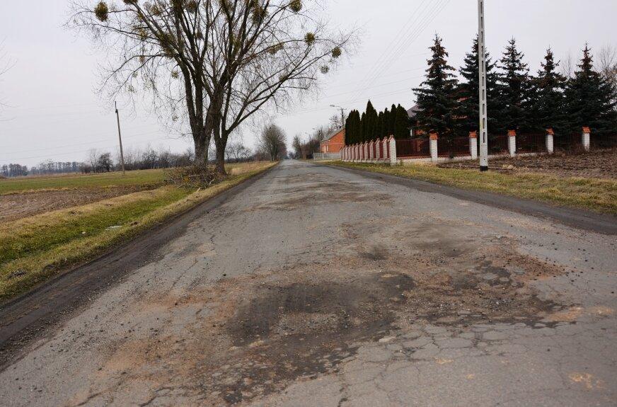Droga powiatowa w Kurabce została zniszczona przez ciężkie samochody dojeżdżające do modernizowanej linii kolejowej.