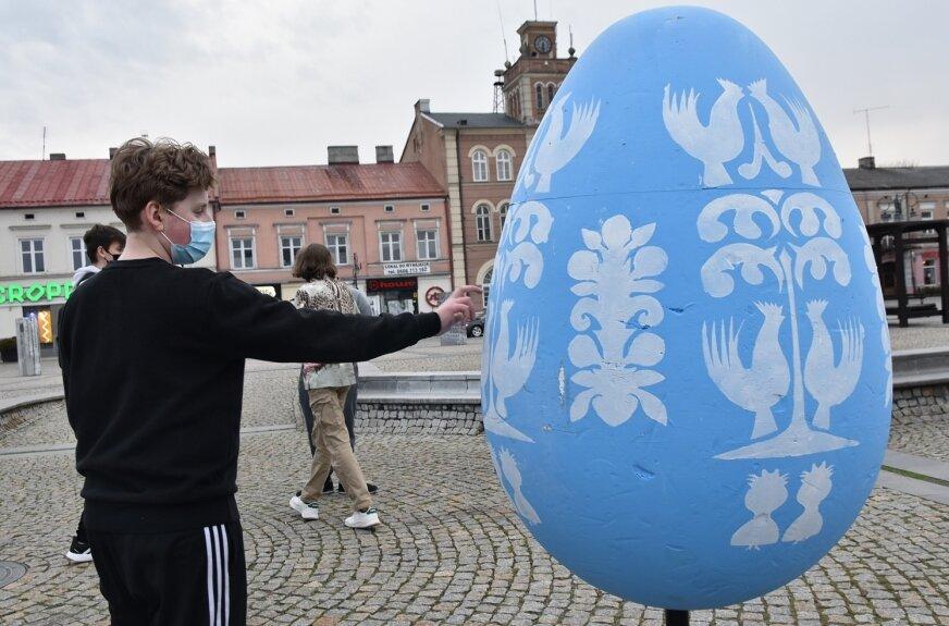Biało-niebieskie jaja zdobią plac rynkowy. Tak pozostanie do Wielkanocy.