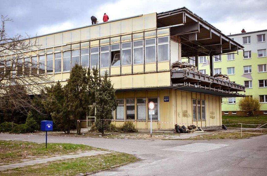 Rozbierają dawną skarbówkę na Widoku w Skierniewicach [ZDJĘCIA]