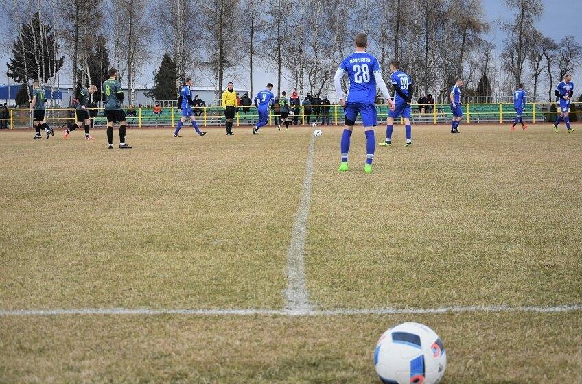 Zespoły ze skierniewickiej okręgówki przed wprowadzeniem obostrzeń rozegrały tylko jedną serię gier w ramach rundy rewanżowej sezonu 2020/2021.