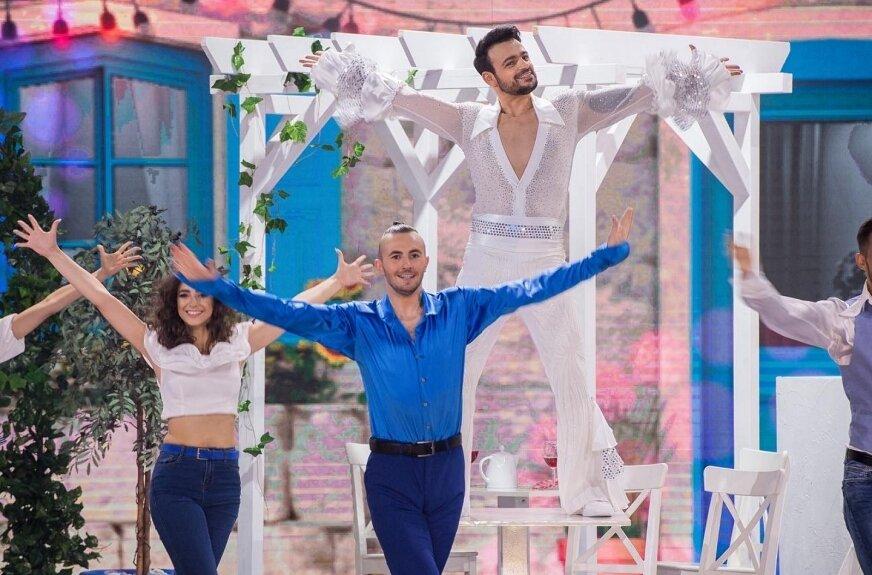 – Tak bardzo kocham taniec, że nie czuję, iż chodzę do pracy – mówi Tomasz Zbącki (na zdjęciu w niebieskiej koszuli). – Czuję, jakbym był nastolatkiem, który cały czas robi to, na co ma ochotę – przyznaje.
