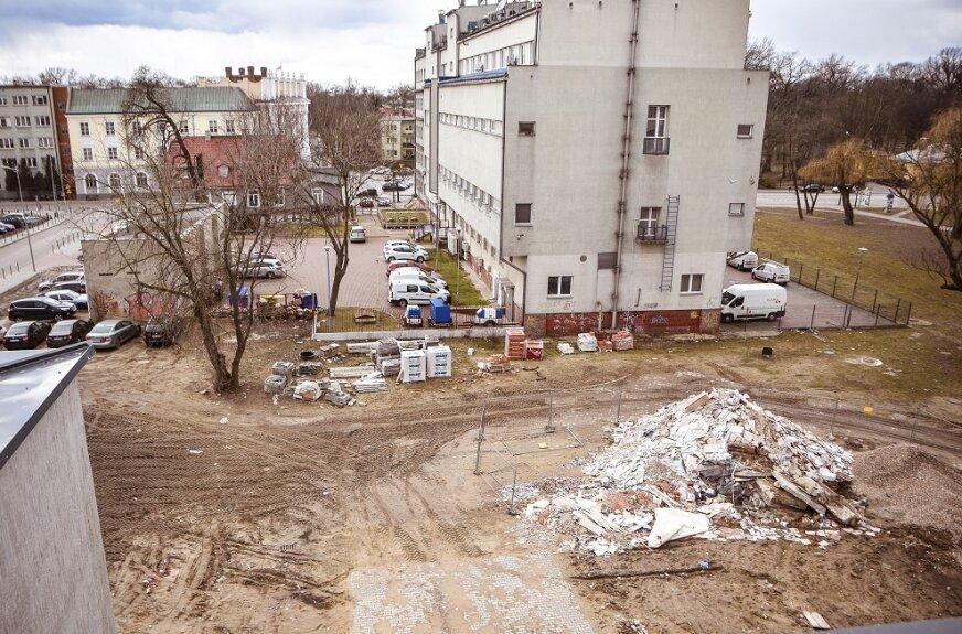 Nowy parking powstanie na placu pomiędzy budynkiem CKiS i siedzibą telekomunikacji.