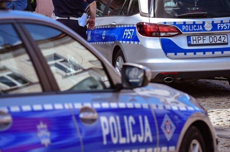 24-latek zaatakował maczetą dwóch 27-latków. Mieli wiele ran ciętych i rąbanych nóg, rąk i czaszki