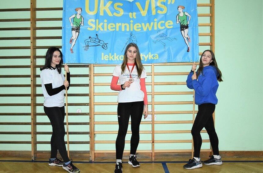 Lekkoatletyczne medalistki mistrzostw Polski, od lewej Aleksandra Tarnowska, Anna Kłosińska i Anna Bibik. Mimo życiowego sukcesu w postaci srebrnego medalu mistrzostw Polski w soku w dal Anna Kłosińska (w środku) nie otrzymała stypendium za osiągnięcia w 2020 roku.