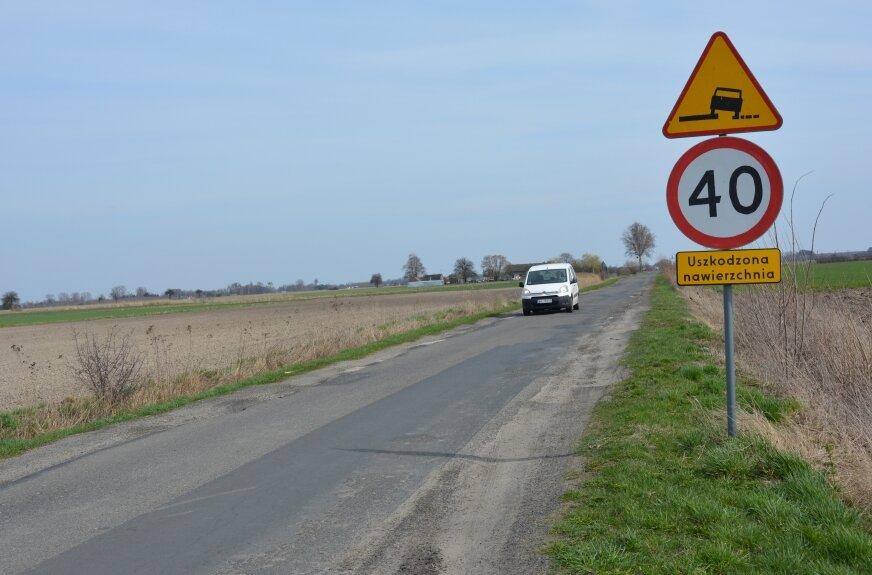 Fatalnej jakości droga sprawia wiele problemów kierowcom, ale praktycznie nie ma alternatywy dla tej trasy, więc wyboru nie ma.