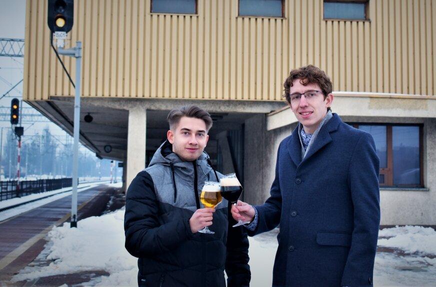 Mówią: Chcemy być marką, która pozwoli nam, mieszkańcom województwa łódzkiego poczuć własną tożsamość, w tym wypadku poczuć ją także kubkami smakowymi poprzez niezwykle bogate w smaki piwo z Browaru Kolejowe.