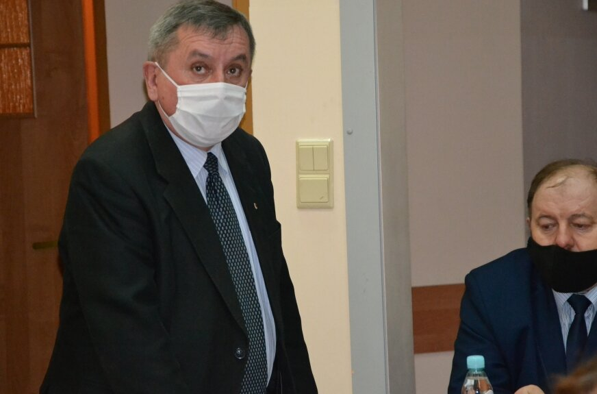 Starosta Józef Matysiak na sesji w Regnowie. Radni byli zgodni co do wsparcia inwestycji rozbudowy szpitala.