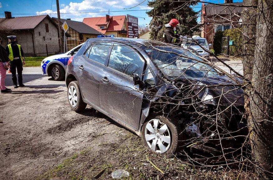 72-latek uderzył w drzewo
